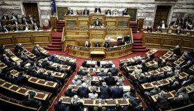 «Μάχη» στη Βουλή (live)