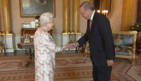 «Μουγκός» ο Ερντογάν μπροστά στην Ελισάβετ (video)