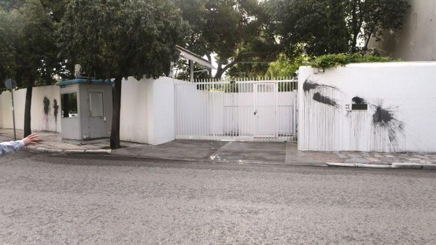 70038044bc Άγνωστοι δράστες επιτέθηκαν τα ξημερώματα με μπογιές στο σπίτι του  Αμερικανού πρέσβη