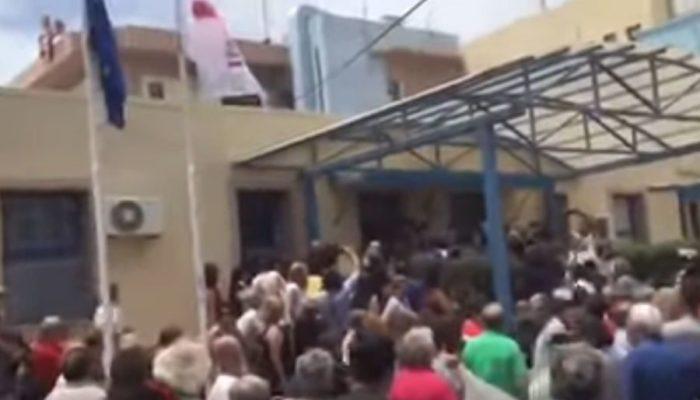 Κλωτσιές σε Πολάκη στην Ιεράπετρα (video)