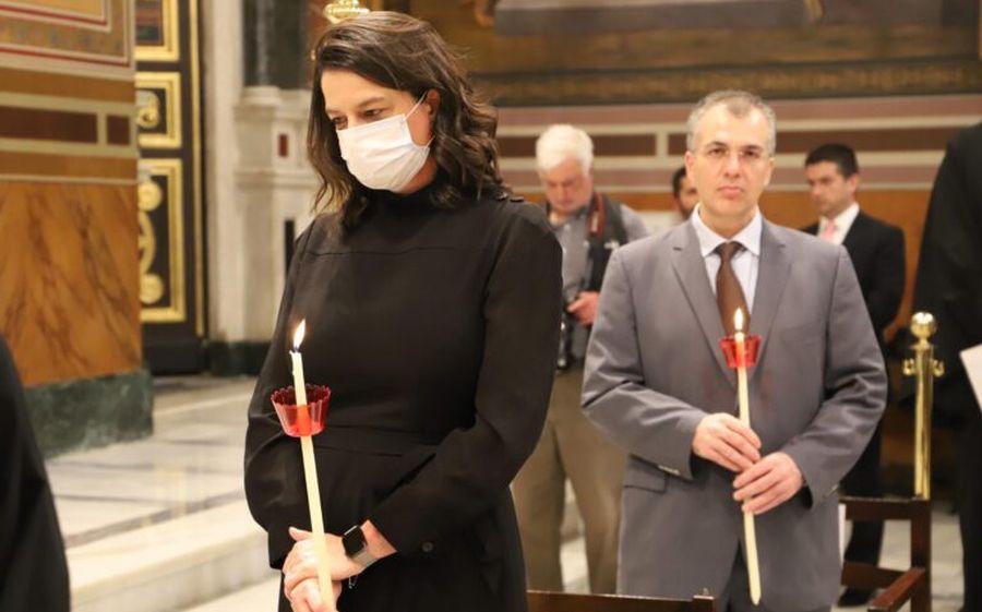 Με τη μάσκα της για το θεαθήναι η Κεραμέως στον ιερό ναό Αθηνών ...